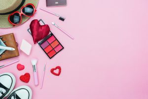 Must-have w kosmetyczce podróżnej. Sprawdź, co powinnaś do niej schować