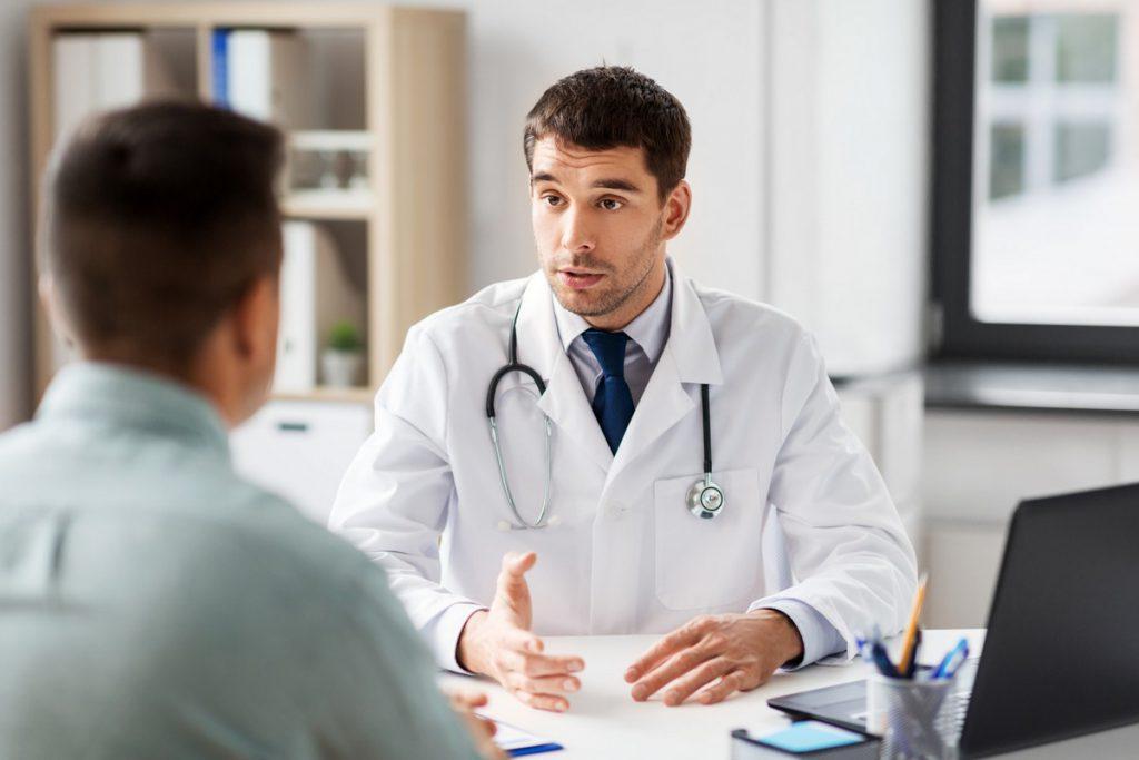 rozmowa z chirurgiem plastycznym podczas pierwszej wizyty w poradni chirurgii i urologii estetycznej w Gdyni